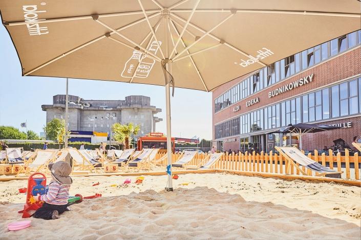 Karo Beach Mood Kind spielt im Sand
